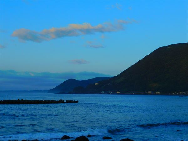 朝、これから明るくなる海