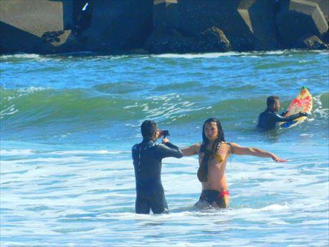 布川さん裸で海の中