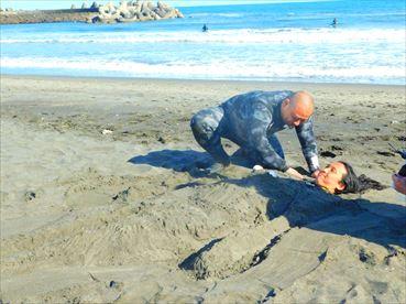 砂にうまる布川さ