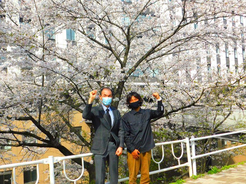 市川教授と新校舎、桜の前で