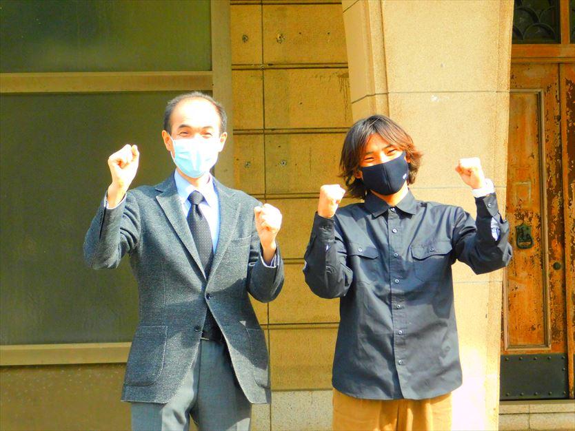 市川教授と旧校舎前で泌尿器科ポーズ